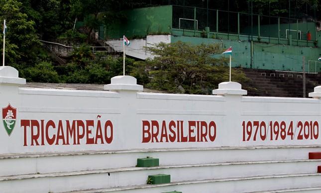 Os títulos nacionais do Fluminense pintados na testeira do Estádio Manoel Schwartz