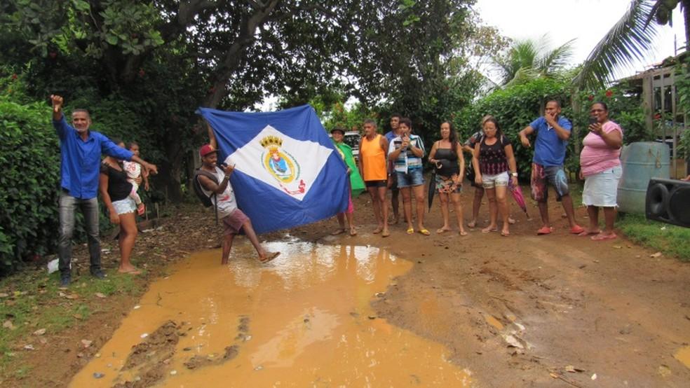 Os moradores mostram a situação da rua  (Foto: Ana Clara Marinho/TV Globo )