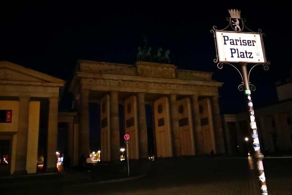 Luzes do Portão de Brandenburgo (Berlim, Alemanha) também ficaram apagadas para a Hora do Planeta 2021 neste sábado (27) — Foto: Hannibal Hanschke/Reuters