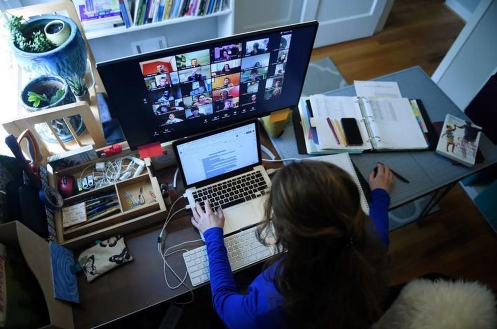 Muitos alunos não têm um espaço físico adequado para se dedicar aos estudos — Foto: Getty Images