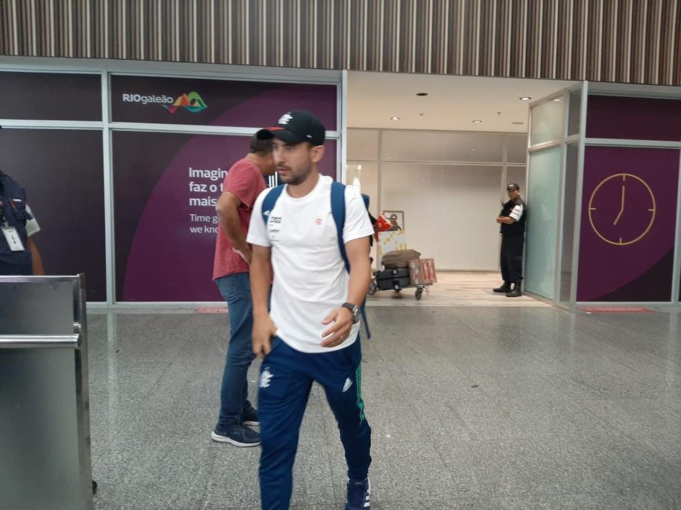 Everton Ribeiro na chegada do Flamengo ao Rio de Janeiro, no Galeão — Foto: Felipe Schmidt / GloboEsporte.com