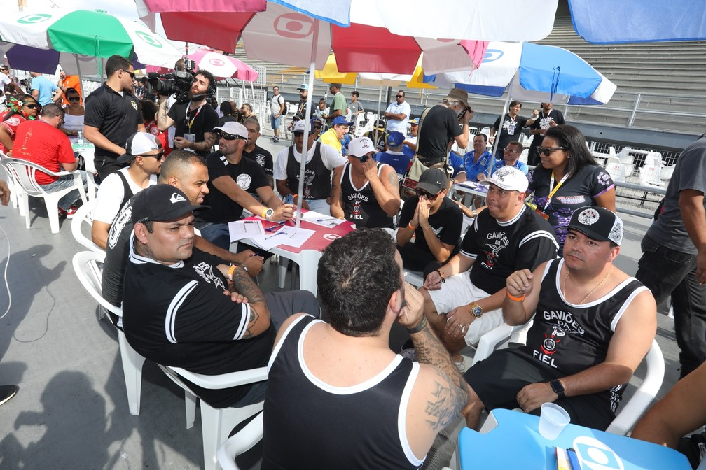 Membros da Gaviões da Fiel acompanham apuração no Anhembi — Foto: Celso Tavares/G1