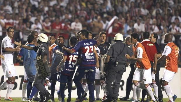 Confusão no jogo, são Paulo e Tigres (Foto: Agência Reuters)