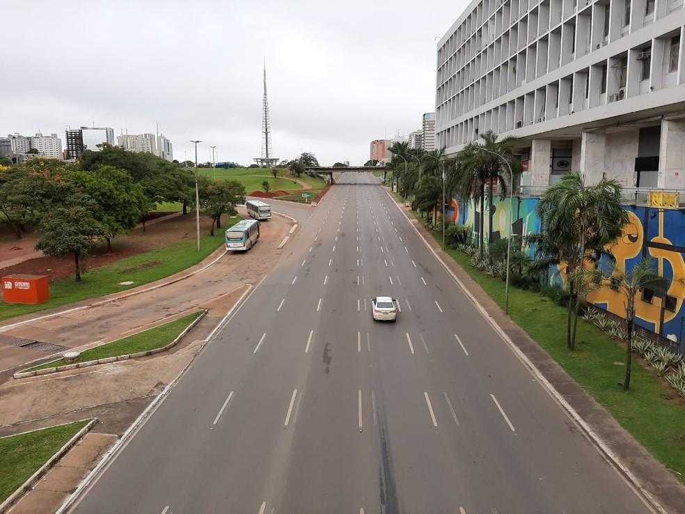 Eixo Monumental, em Brasília, sem fluxo de carros após medidas de restrição de aglomeração de pessoas — Foto: G1/Carolina Cruz