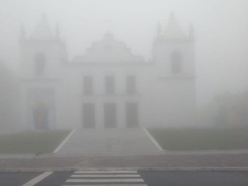 Em Viçosa do Ceará, igreja matriz foi tomada pela neblina — Foto: Arquivo pessoal