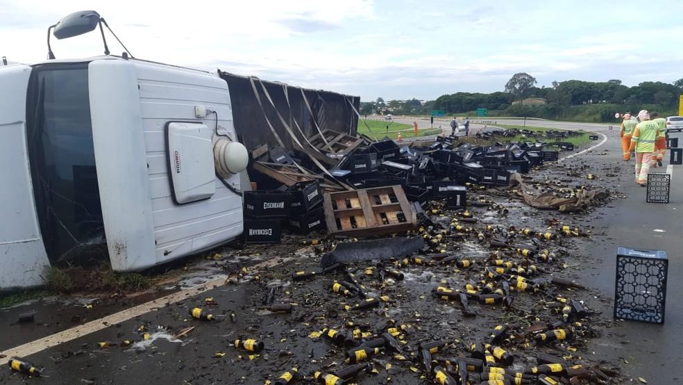 Caminhão que transportava cerveja tombou no anel viário da Rodovia do Açúcar, em Piracicaba   — Foto: Edijan Del Santo/EPTV