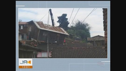 Casa é erguida por caminhão, veículo tomba e residência atinge outra em SC; VÍDEO