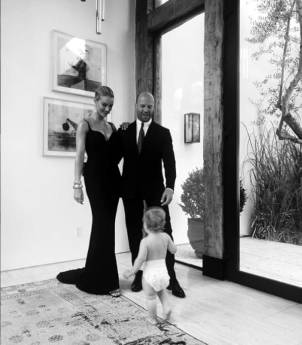 Jason Statham e Rosie Huntington-Whiteley com o filho (Foto: Instagram)