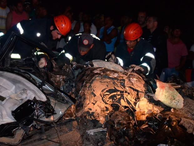 Acidente deixou carro completamente destruído na Bahia (Foto: Blitz Conquista)
