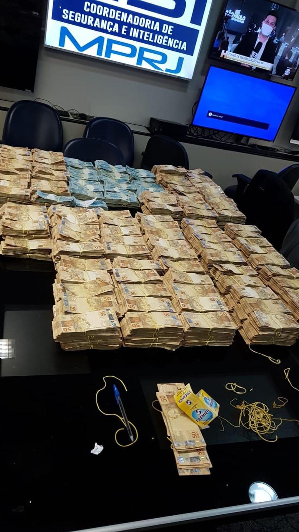 Milhões de reais encontrados em espécie na casa de Edmar Santos, segundo o MP — Foto: Reprodução