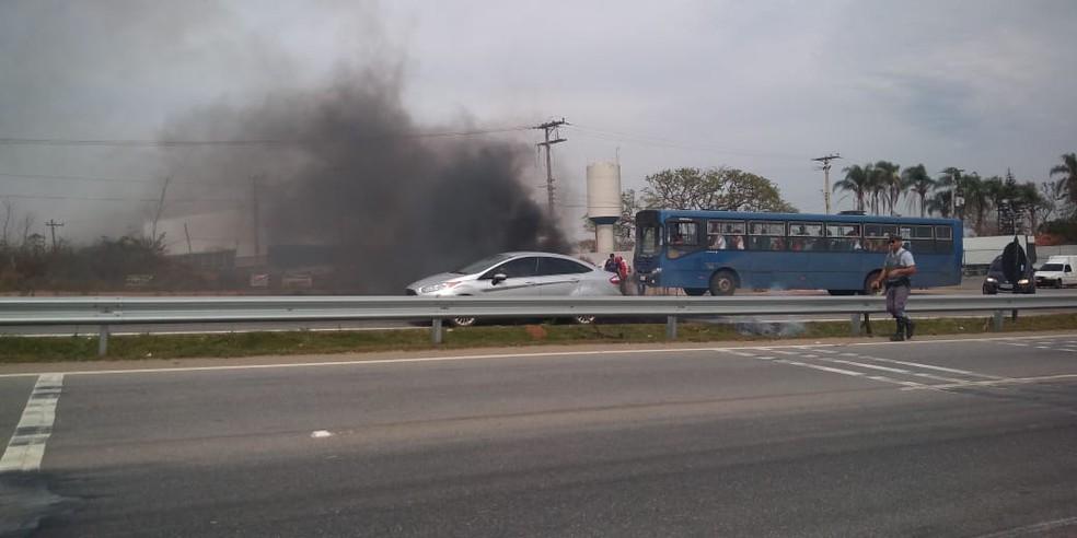 Moradores colocaram fogo em pneus e em galhos secos para impedir a passagem de motoristas pela Rodovia João Leme dos Santos em Sorocaba (Foto: Priscila Tanganelli/TV TEM)