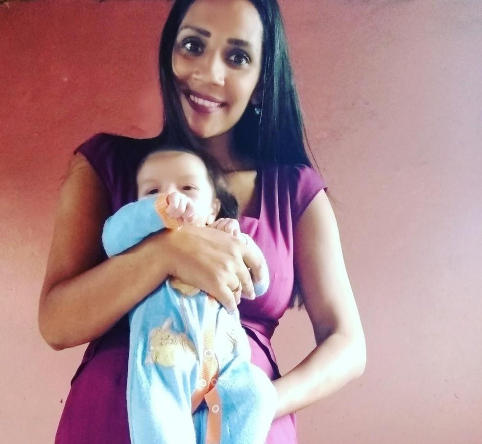Silene junto do filho, Oliver; moradora de Registro, SP, ela faz rifa para ajudar no tratamento do filho — Foto: Arquivo Pessoal
