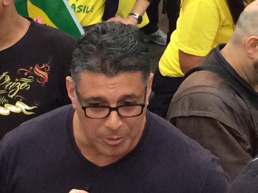 Ator Alexandre Frota participa de manifestação no Largo da Batata — Foto: Roney Domingos/G1