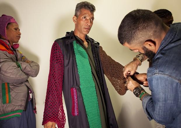 Anderson nos preparativos antes de ganhar a passarela com criações do projeto. (Foto: Marcelo Salvador)