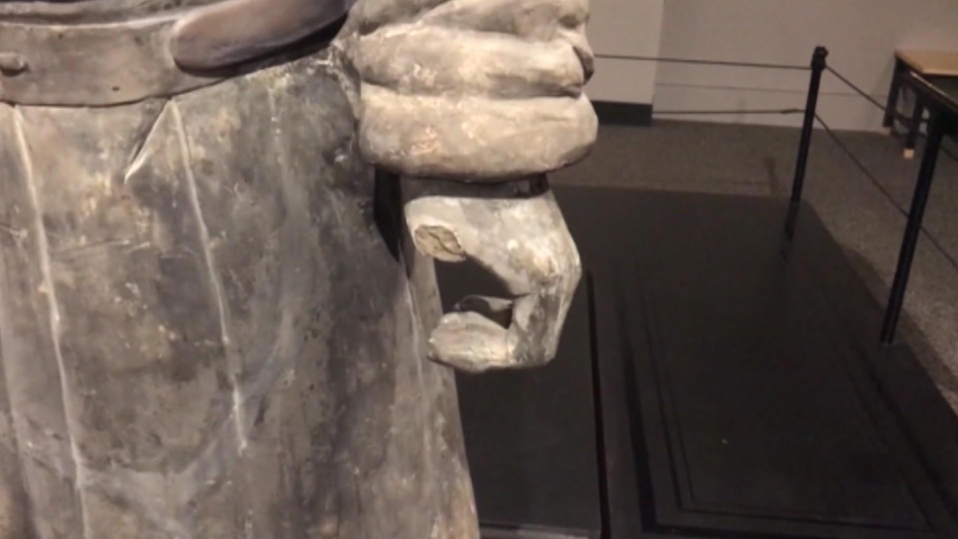 Guerreiro de terracota permanece em exposição nos EUA mesmo após ter dedo roubado