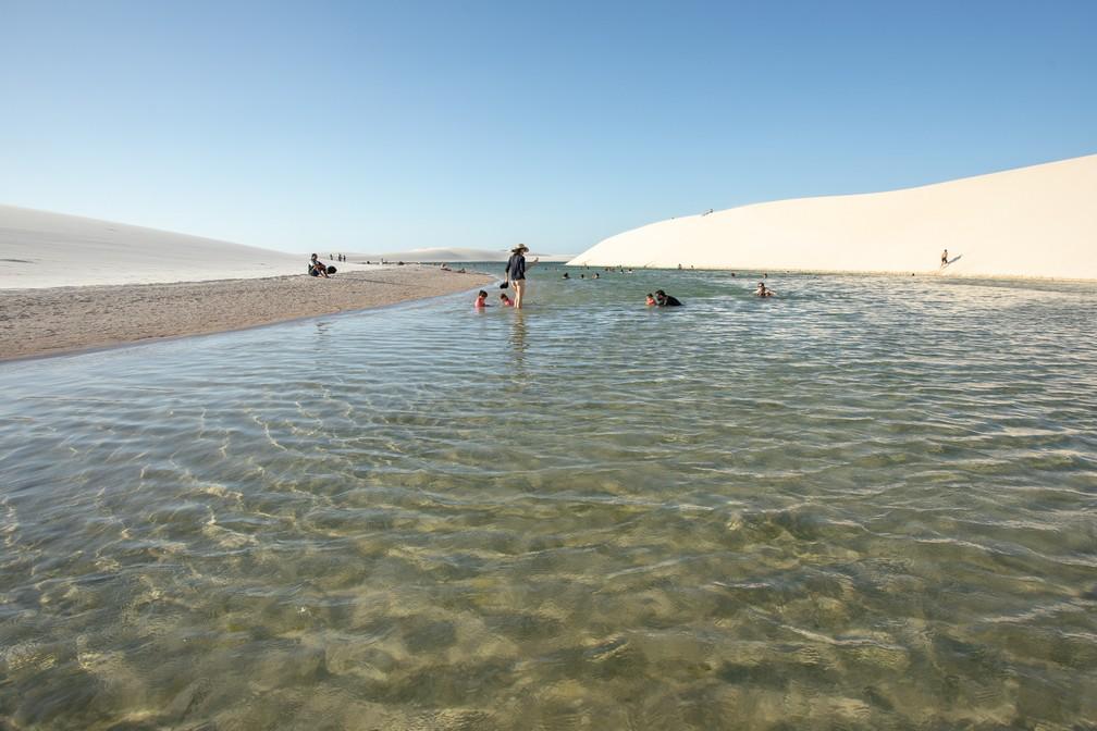Turistas relaxam na Lagoa Bonita, a partir da entrada de Barreirinhas — Foto: Celso Tavares/G1