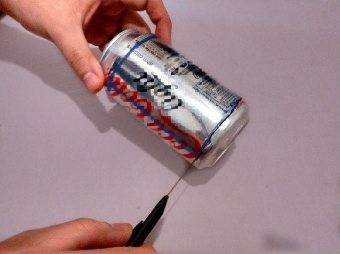 Base da lata sendo cortada com estilete  (Foto: Raquel Freire/ TechTudo)