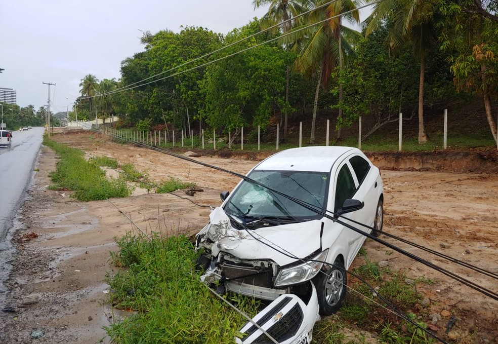 Motorista perde controle de carro e derruba poste na AL-101 Norte, em Maceió — Foto: BPRv