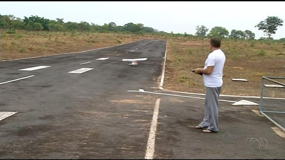 Roberto tem um aeromodelo há cerca de um ano e diz que investimento vale a pena  (Foto: TV Anhanguera/Tocantins)