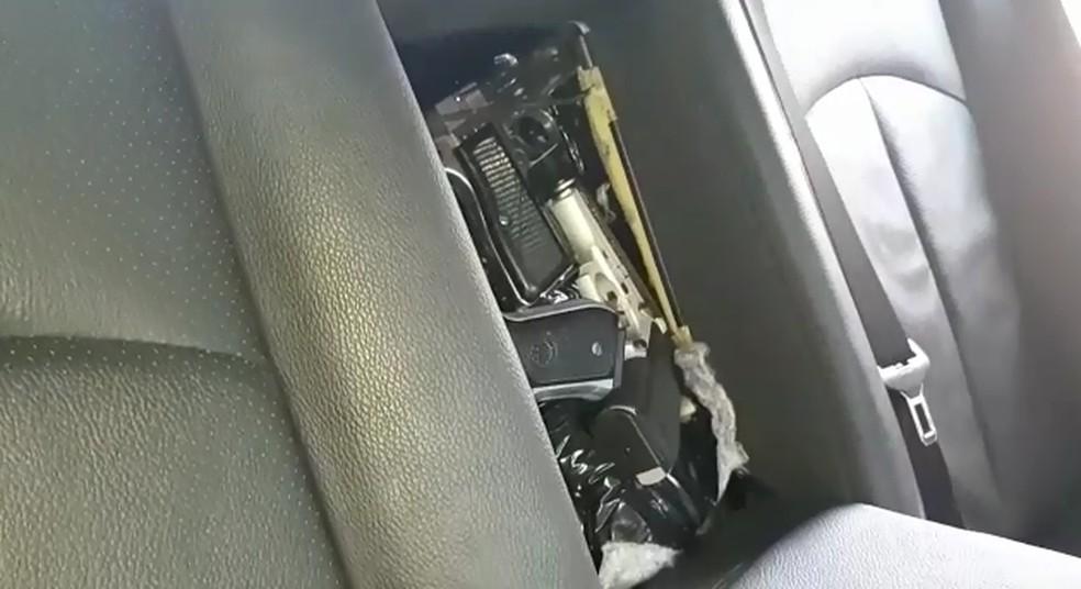 Um dos presos afirmou à polícia que comprou as armas em uma chácara no interior do Paraguai — Foto: Divulgação/PRF