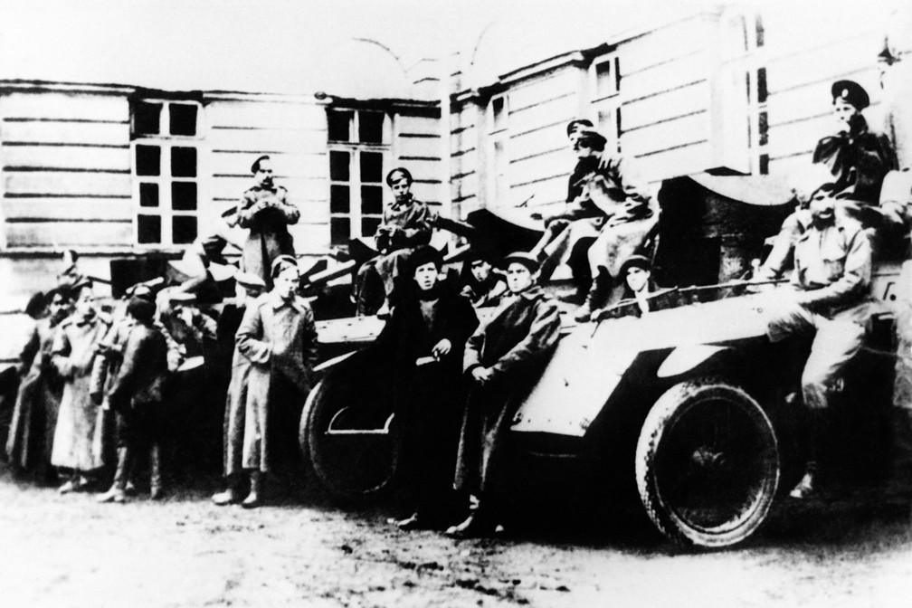Foto datada de novembro de 1917, do destacamento de veículos armados do exército vermelho de Smolny, em Petrogrado. Durante a Revolução de outubro de 1917, os bolcheviques derrubaram o Governo Provisório do Kerensky, formados durante a Revolução de março de 1917, e substituíram-no por um soviético, levando ao estabelecimento da União Soviética. A Revolução de outubro foi liderada por Vladimir Lênin e Leon Trotsky, e marcou o início da disseminação do comunismo no século XX. (Foto: Arquivo/Tass/AFP Photo)