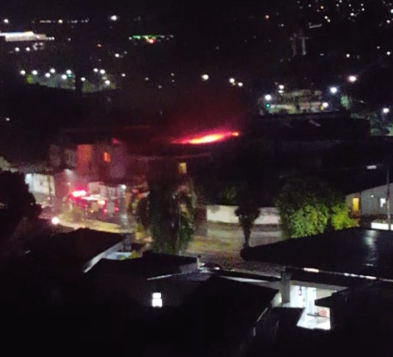 Incêndio em galpão mobiliza bombeiros em Taubaté