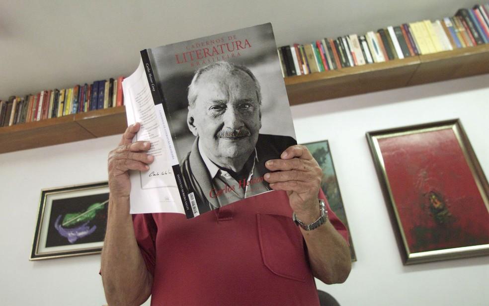 Carlos Heitor Cony segura uma revista sobre sua obra durante entrevista no Rio em janeiro de 2002 (Foto: Antônio Gaudério/Folhapress/Arquivo)