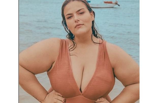 A modelo posa frequentemente em campanhas de moda praia e de lingerie (Foto: Reprodução)