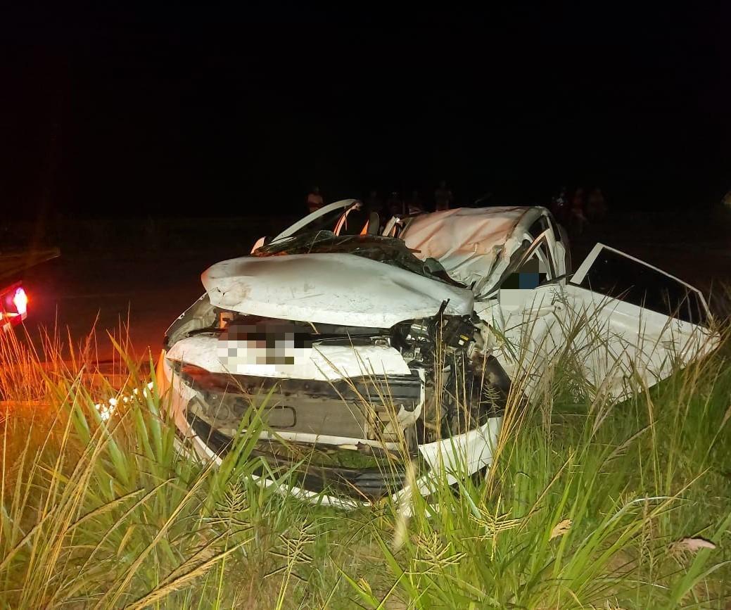 Carro capota e acidente deixa pai e filho de 4 anos mortos na BR-232, em Moreno