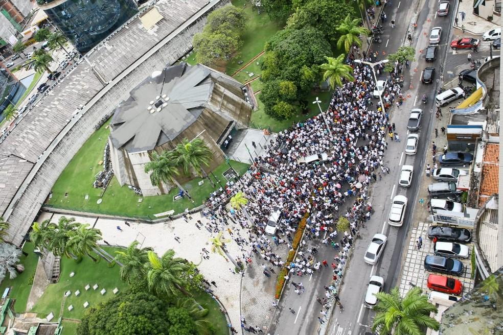 Policiais ocupam avenida durante ato por aumento salarial — Foto: Gustavo Pellizzon/SVM