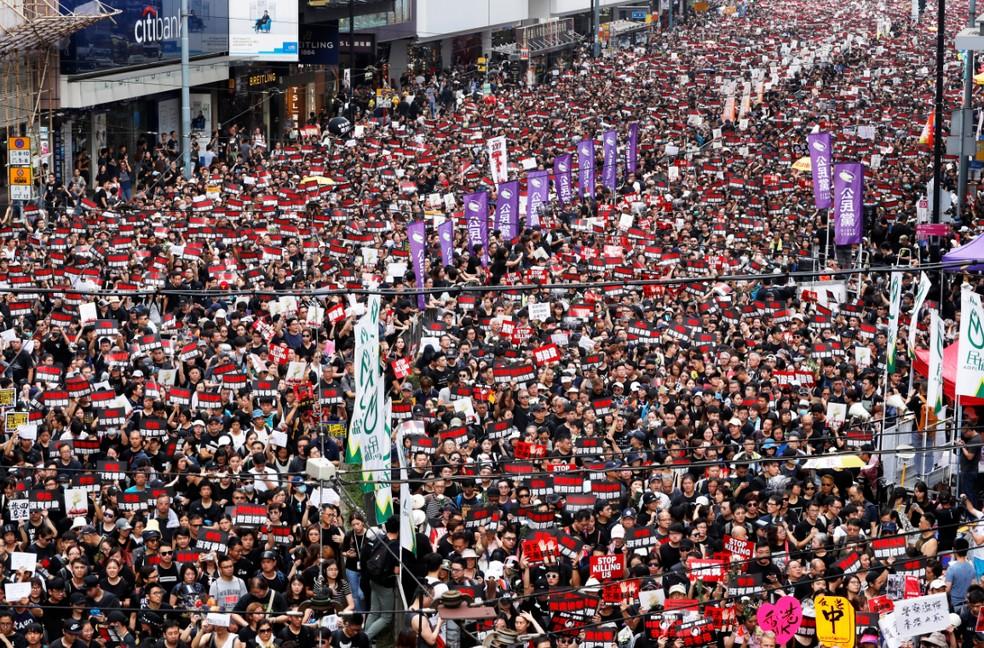 Protestos pedindo a renúncia da líder de Hong Kong, Carrie Lam. — Foto: Tyrone Siu/Reuters