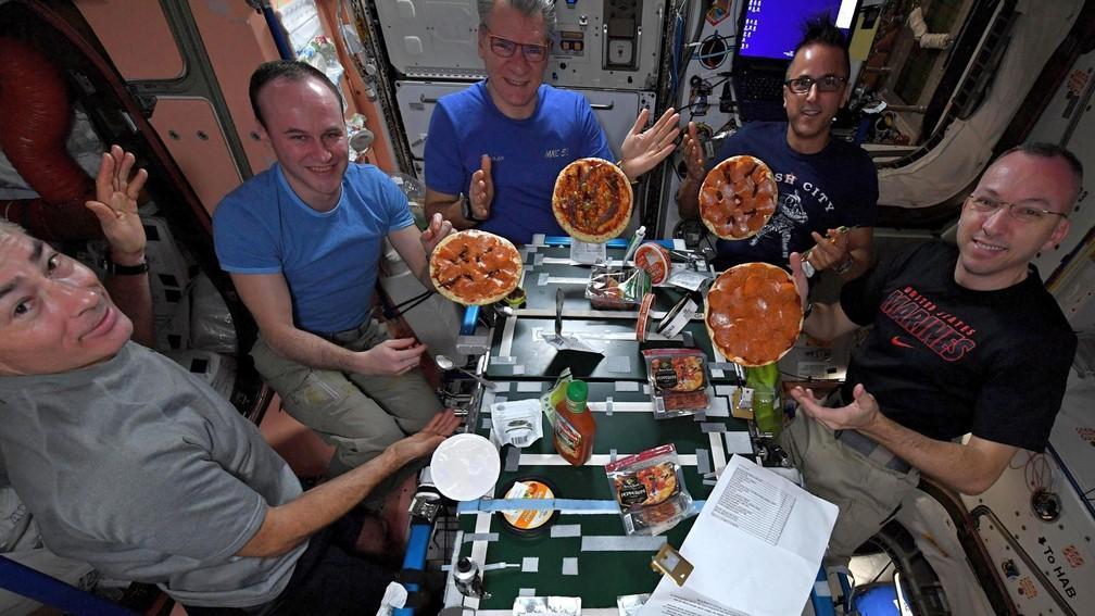 Randy Bresnik, na ponta direita, e colegas durante 'pizzada' na ISS (Foto: Randy Bresnik/Reprodução)