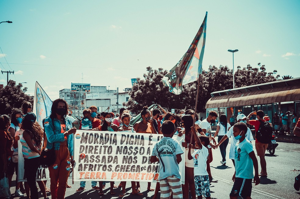 Mossoró, RN: Ato contra o presidente pede, entre outras pautas, moradia  — Foto: Isaiana Santos/Inter TV Costa Branca