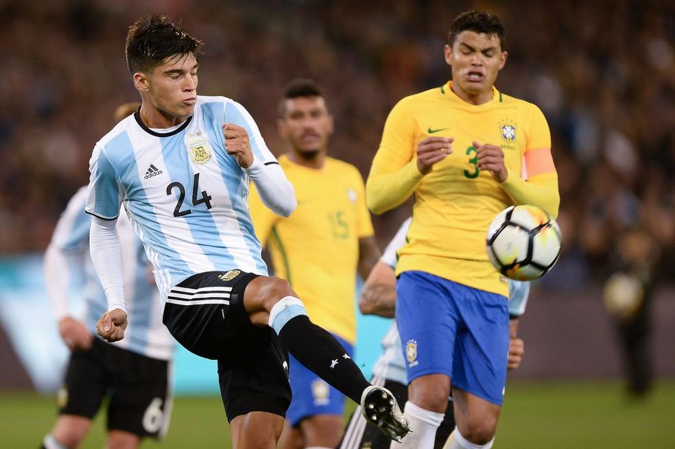 Thiago Silva e Joaquín Correa em Brasil 0 x 1 Argentina, no único jogo em que o zagueiro foi capitão sob o comando de Tite (Foto: Pedro Martins / MoWA Press)