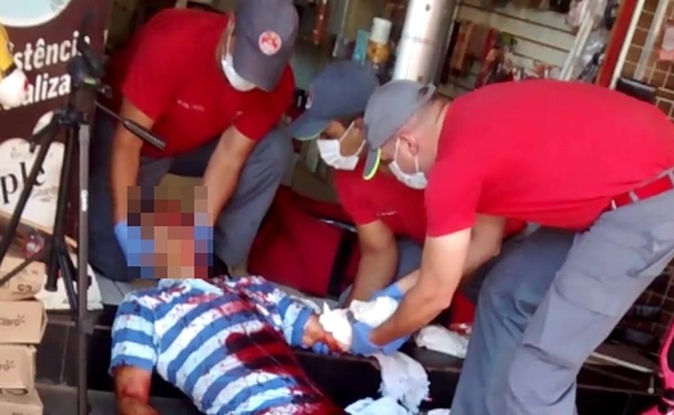 Homem foi atendido por socorristas e levado para hospital (Foto: Arquivo Pessoal)