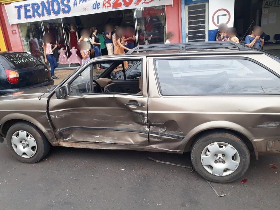 Carro descia avenida e bateu em um segundo veículo que atingiu um carro estacionado — Foto: Arquivo pessoal