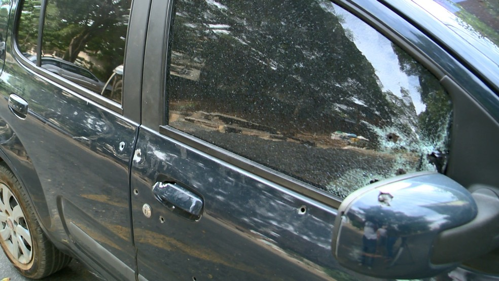 Carro foi atingido pelos disparos em Viana, no Espírito Santo (Foto: Reprodução/ TV Gazeta)