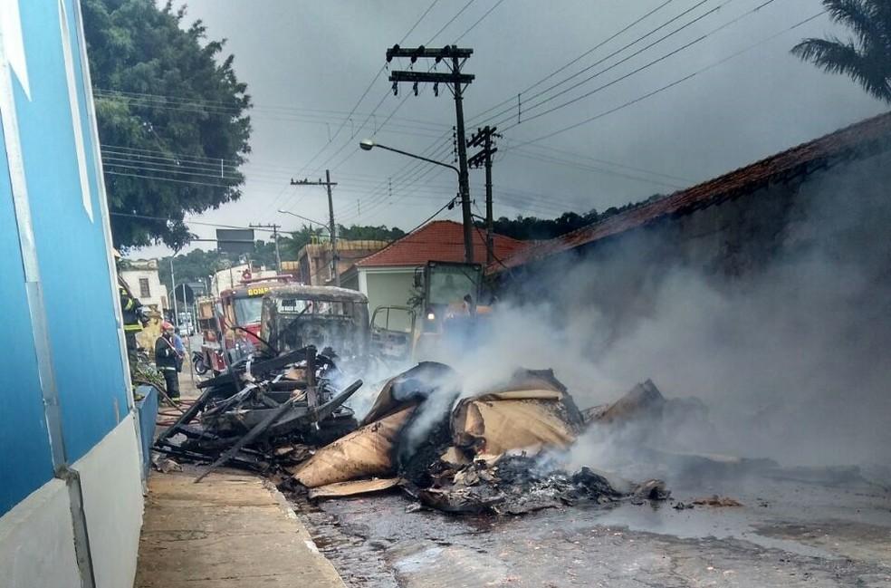 -  Caminhão ficou destrúido após pegar fogo em Camanducaia  MG   Foto: Clayton de Jesus Domingos