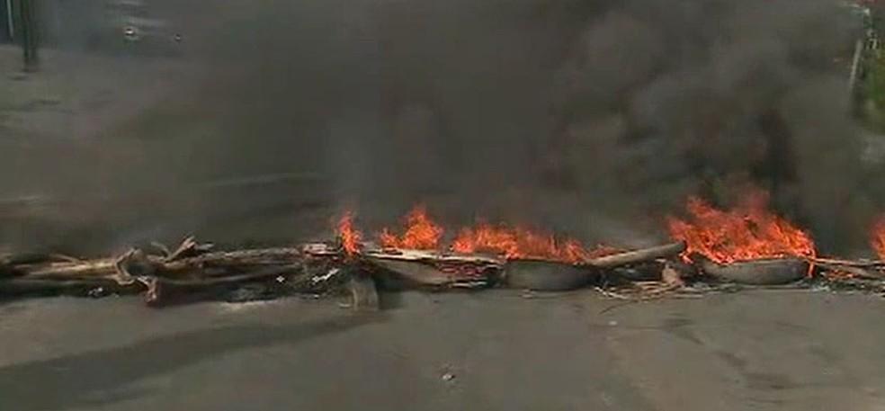 Manifestantes atearam fogo em pedaços de pau de árvore e pneus e bloquearam a MA-202 — Foto: Reprodução/TV Mirante