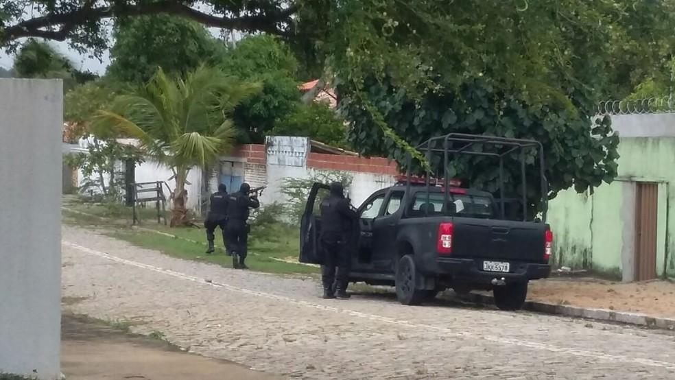 Bope realiza perseguição a suspeitos na praia de Cotovelo, na Grande Natal (Foto: Sérgio Henrique/ Inter TV Cavbugi)