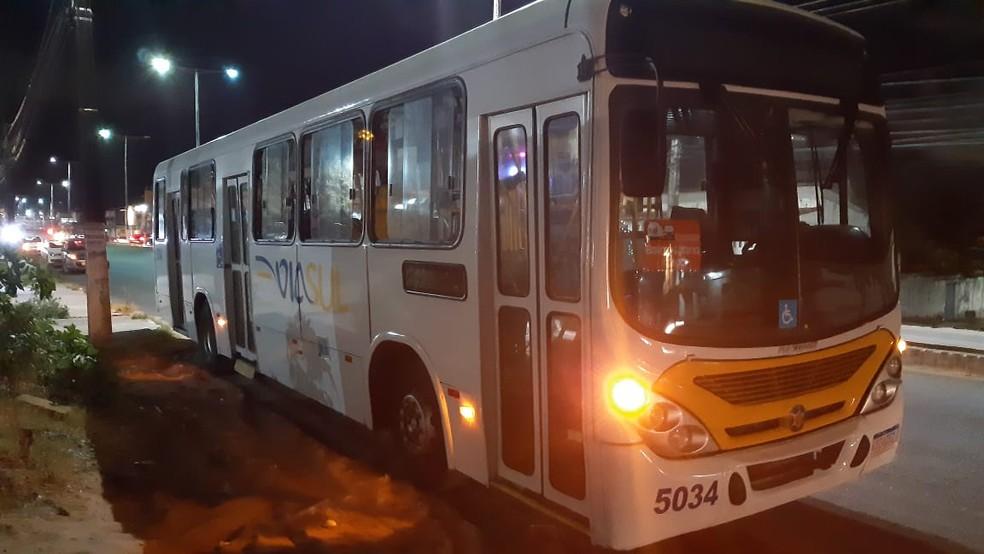 Criminoso entrou no ônibus, fingiu ser passageiro, e fez arrastão na noite desta terça-feira (19) — Foto: Sérgio Henrique Santos/Inter TV Cabugi