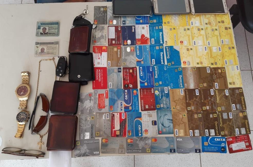 Junto com o trio de estelionatários, a polícia apreendeu 69 cartões bancários.  — Foto: Divulgação/Polícia Militar do Maranhão