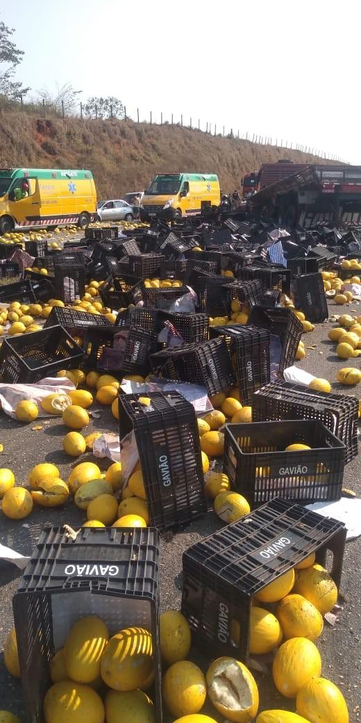 Acidente com caminhão carregado de melões deixa trânsito fechado na Fernão Dias - Notícias - Plantão Diário