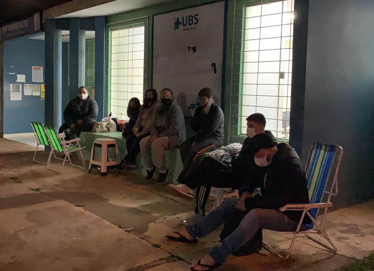 Covid: Moradores passam noite em fila de espera pela vacinação de adolescentes sem comorbidades, em Guarapuava