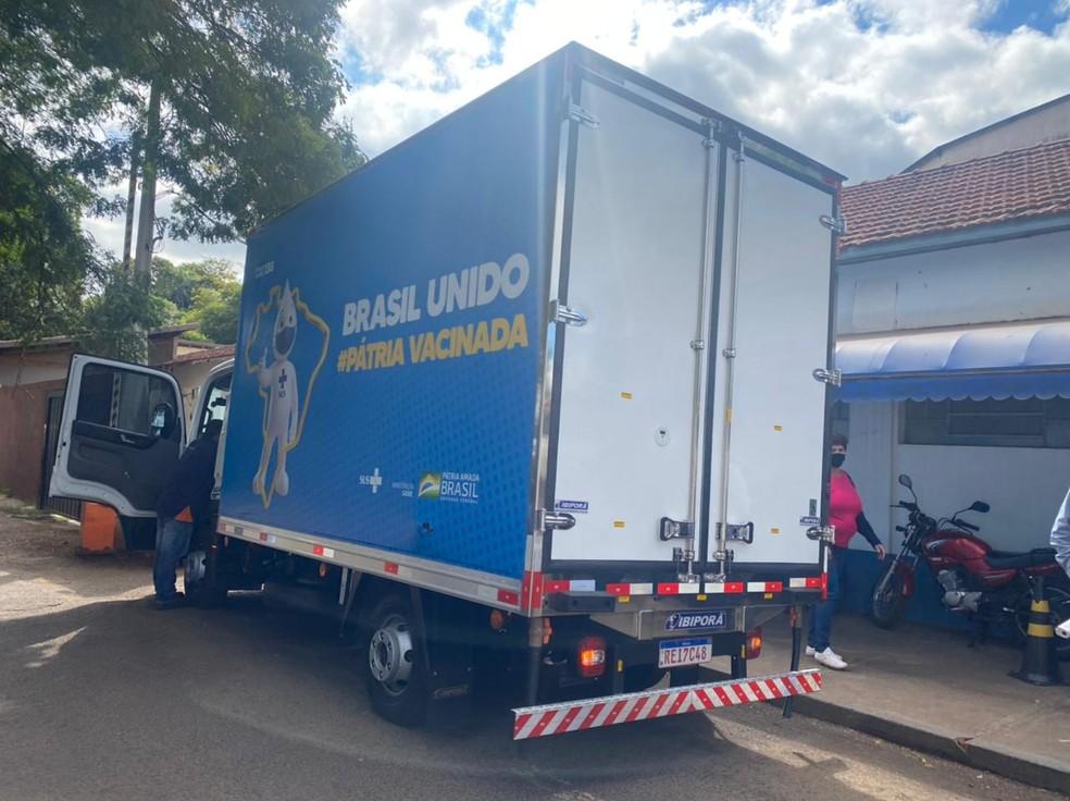 Botucatu recebe 80 mil doses da Oxford/AstraZeneca para vacinação em massa neste domingo — Foto: Gabriela Prado/TV TEM