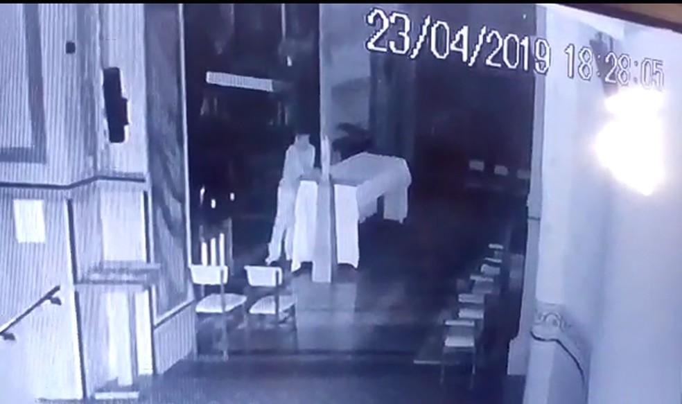 Homem furtou o círio pascal, um dos principais símbolos da igreja católica — Foto: Circuito de Segurança/ Reprodução