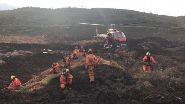 Rompimento de barragem provocou uma avalanche de lama que engoliu edificações da Vale e atingiu casas na vizinhança (Foto: CORPO DE BOMBEIROS DE MG via BBC)