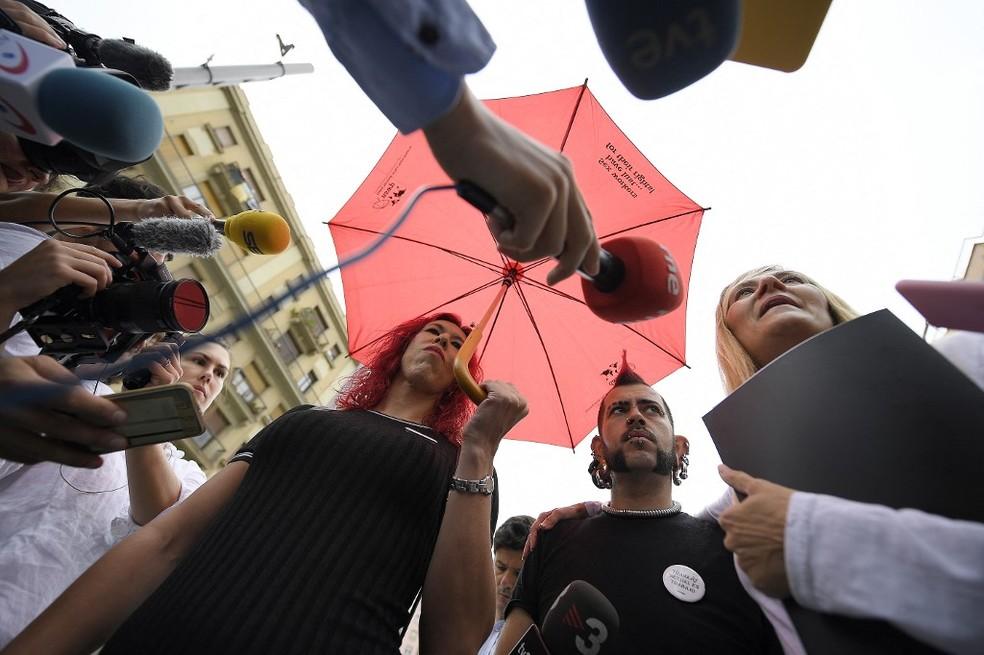 Sabrina Sanchez, uma das líderes do sindicato Otras, dá entrevista em Barcelona em 2018 — Foto: Lluis Gene / AFP