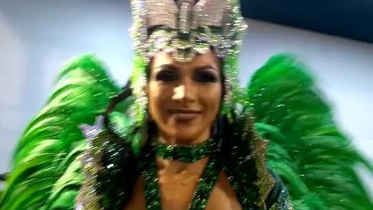 Aline Oliveira encanta tocando instrumentos no desfile da Mocidade Alegre: 'Gostinho de quero mais'