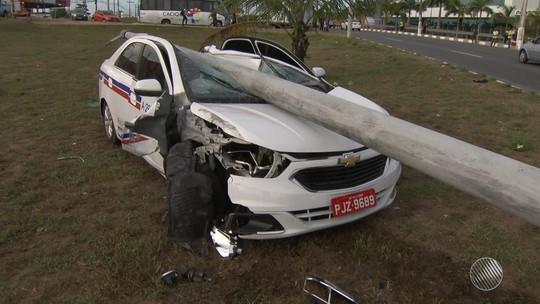Poste cai em cima de táxi após batida em Lauro de Freitas, região metropolitana de Salvador